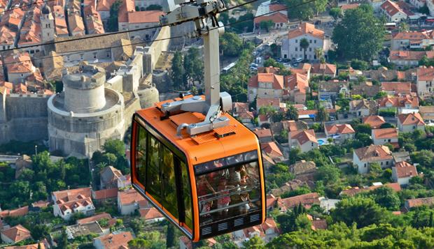 Téléphérique urbain, à Dubrovnik, en Croatie. Crédits : Usbek & Rica