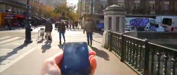 Le citadin-consommateur consulte Google Maps pour trouver le meilleur itinéraire et se rendre chez un ami.