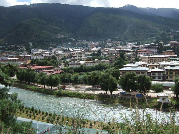 Au Bhoutan, les ouvriers qui construisent routes et barrages établissent souvent des villes éphémères à proximité des chantiers. Copyright : Christopher Fynn / Wikimedia