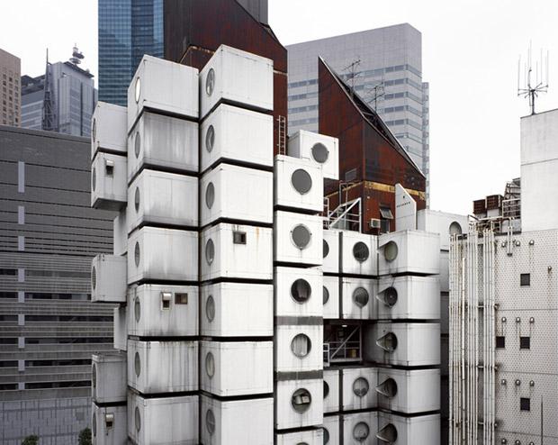 """Les réflexions sur """"l'habitat modulaire"""" ont émergé dans les années 1960-1970, en particulier avec la célèbre Nakagin Capsule Tower de l'architecte Kisho Kurokawa. Crédits : La Boite Verte"""