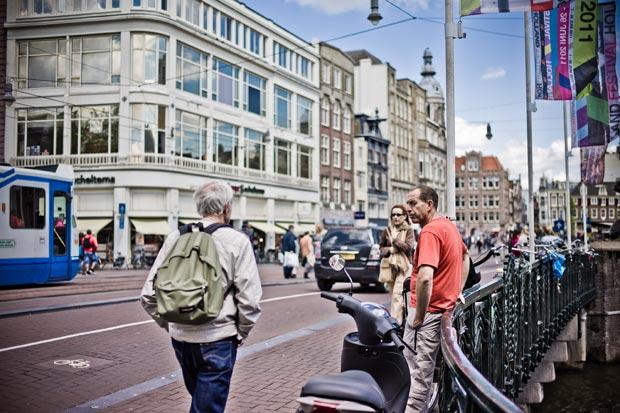 Paradis des cyclistes, Amsterdam est aussi une ville idéale pour les piétons. Copyright : WolfB 1958 / Flickr