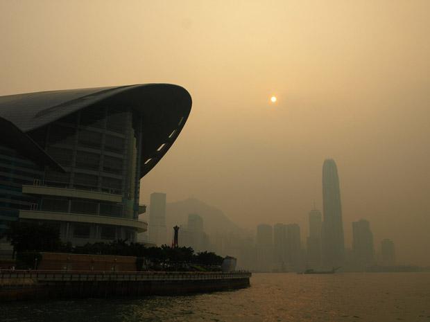Pollution atmosphérique dans le Port Victoria de Hong Kong.  Copyright : Yym1997 / Wikimedia