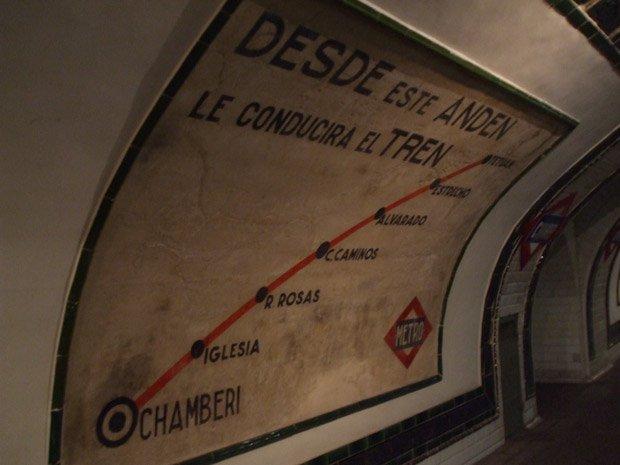 Quatre ans après son ouverture en 2008, plus de 170 000 visiteurs avaient déjà admiré les publicités vintage et vieux panneaux d'affichage de la station Chamberi.  Copyright : Museo8bits / Wikimedia