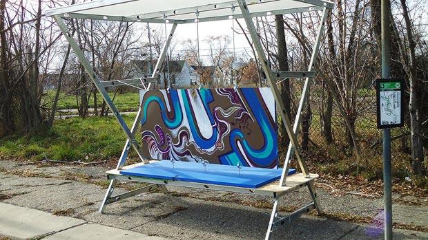 Une douzaine d'abribus recyclés ont déjà été installés à Detroit dans le cadre du projet « Door Stops ». Copyright : Craig Wilkins / Door Stops project
