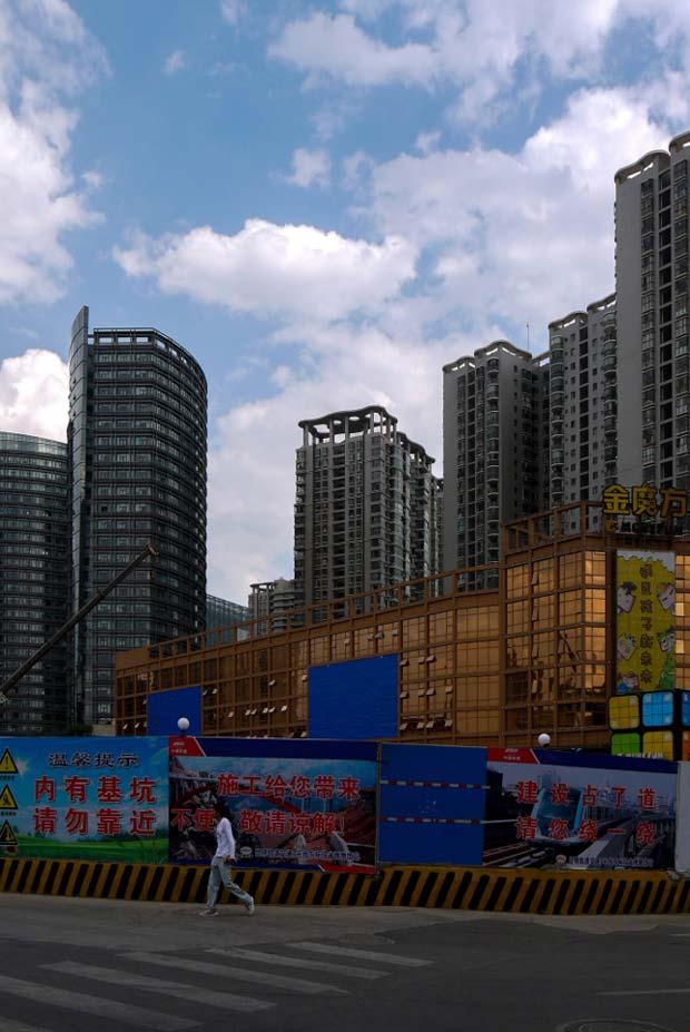 Kunming au rythme d'une construction effrénée, qui dessine un paysage urbain vertical où les grues règnent. Source : Architecture by Road