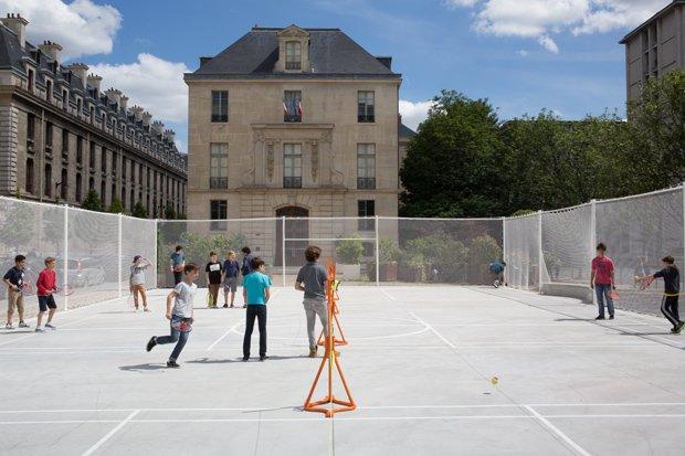Un playground éphémère a été installé durant l'été 2014 devant le Pavillon de l'Arsenal. Copyright : Antoine Espinasseau
