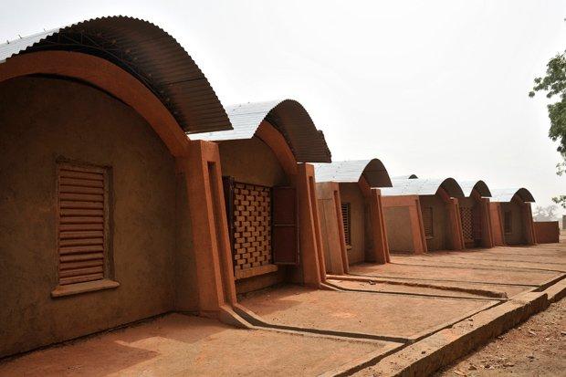 Le logement des professeurs du village de Gando (Burkina Faso), construit en 2004. Copyright : Diébédo Francis Kéré