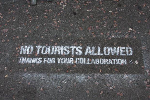 Welcome tourists! by Jennifer Woodard Maderazo. Source : https://www.flickr.com/photos/jenniferwoodardmaderazo/2768264924
