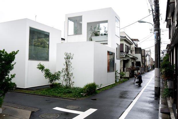 Depuis la rue la maison contraste avec le reste de ses voisins. Crédits Antoine Dubois