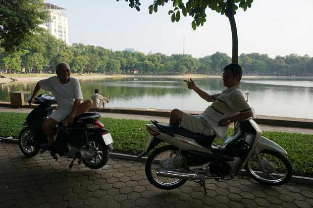 A Hanoï, il n'est pas rare de trouver des amis en train de discuter directement sur leur scooter ! Crédits : Clément Pairot