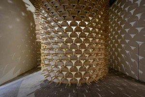 Le pavillon kosovar se caractérise par une esthétique moderne, rendue possible par l'utilisation d'un matériau traditionnel. Copyright : Andrea Avezzù / Courtesy la Biennale di Venezia