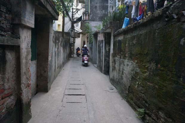 Les ruelles d'Hanoi tolèrent plus facilement les deux-roues que les voitures. Crédits : Clément Pairot