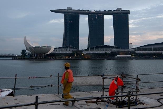 La ville de Singapour continue sans cesse son développement, un ouvrier sur Marina Bay - crédits Antoine Dubois