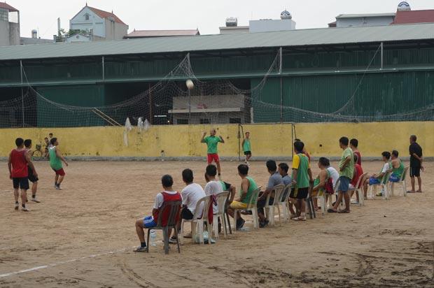 Les supporters d'un match amateur dans un village au Sud-Ouest d'Hanoi. Crédits : Clément Pairot