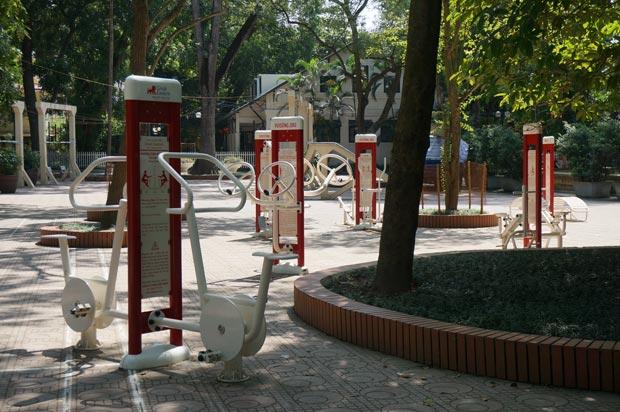 Les équipements sportifs sont installés en face des balançoires et toboggans. Crédits : Clément Pairot