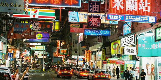 Rue commerçante - Hong Kong ; Copyright : Gelo71 / Wikimedia