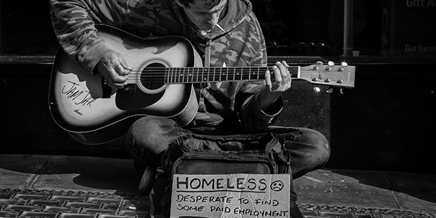 Sans-abris guitare - Bath ; Copyright : Daz Smith / Flickr