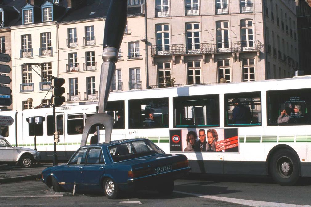 Piéton vs voiture ; Copyright :Royal de Luxe