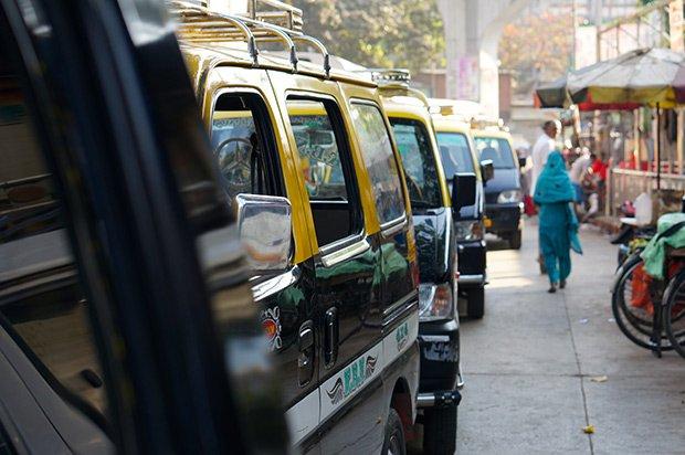Taxis file attente - Mumbai. Crédits : Clément Pairot