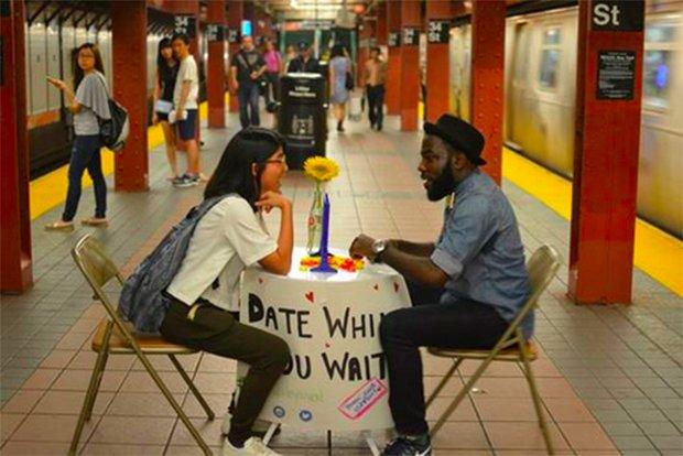 Rencontres dans le métro. Crédits : Date While You Wait