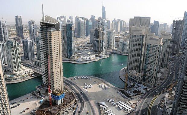 Thierry Paquot voit dans le gratte-ciel une forme de démesure urbaine pas forcément souhaitable. Ici, le quartier de la marina de Dubai. Crédits : Citizen59 / Flickr