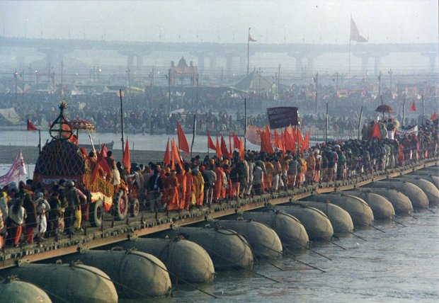 Des pèlerins traversent un pont dressé au-dessus du Gange pour participer à la Kumbh Mela, à Allahabad, en 2001. Copyright : Yosarian / Wikimedia