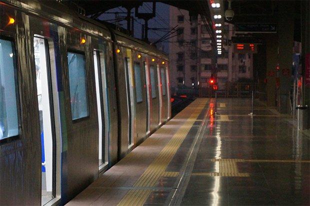 7:00 : Départ de la Gare d'Andheri, au Nord de Mumbai. Les wagons du métro flambant neuf et du train sont presque vides du fait de l'heure matinale. Crédits : Clément Pairot
