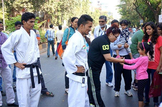 Quelques mètres plus loin, initiation à la capoeira et à la self defense. La présence d'un public très féminin nous rappelle que la self defense est pour les femmes  un enjeu important, alors que la violence qui leur est faite est un des fléaux de la société indienne. Crédits : Clément Pairot