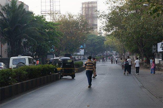 7h24 : Un rickshaw vide se fait vertement rouspéter par un marcheur et un policier le fait sortir de la voie sans voiture. Quelques joggers, des enfants à vélos, les livreurs (de lait et de journaux), à vélo, profitent du calme. Crédits : Clément Pairot