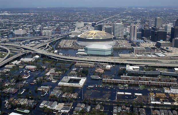 Vue d'hélicoptère du Superdome de Louisiane, le stade de la Nouvelle-Orléans, après le passage de l'ouragan Katrina en 2005. Copyright : Jeremy L. Grisham / US Navy / Wikimedia