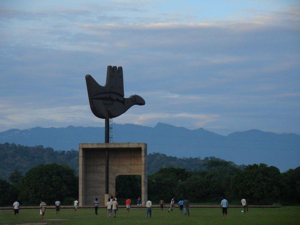 La « main ouverte » de Le Corbusier demeure le symbole de la « ville nouvelle ». Copyright Raakesh Blokhra Flickr