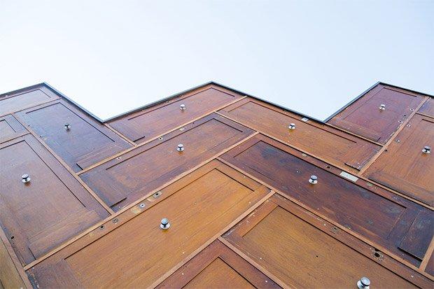 180 portes palières ont été réutilisées pour fabriquer la structure de la façade du Pavillon circulaire. Copyright : © Pavillon de l'Arsenal