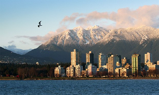 Le quartier du West End, à Vancouver, où se situe le renommé Stanley Park, avec les Rocheuses en arrière-plan  Copyright : © DR
