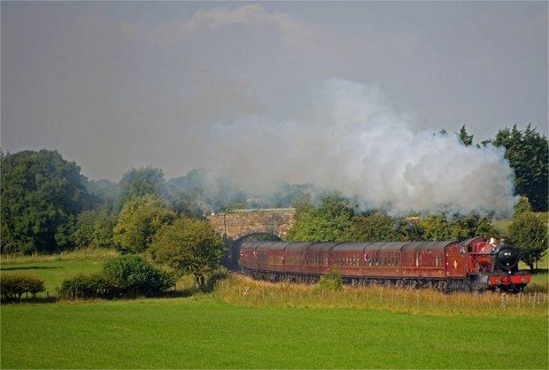 Le Poudlard Express existe dans la vraie vie, pour des virées magiques à travers la campagne écossaise (Photo : Early Morning Steam Crédit : Andrew/Flickr)
