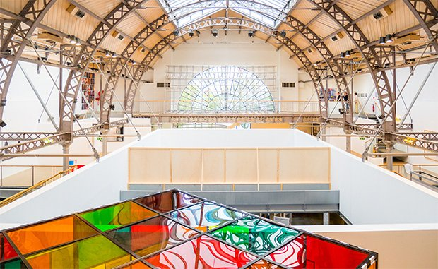 Dans le cadre de l'exposition « Artistes et Architecture », 56 artistes renommés ou émergents sont exposés sur 1000 m2. Copyright : © Antoine Espinasseau