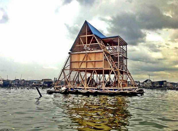 L'école flottante de Makoko est un espace ouvert. Quand l'établissement est fermé, les pêcheurs peuvent venir y réparer leurs filets au sec. Copyright : © NLÉ Works
