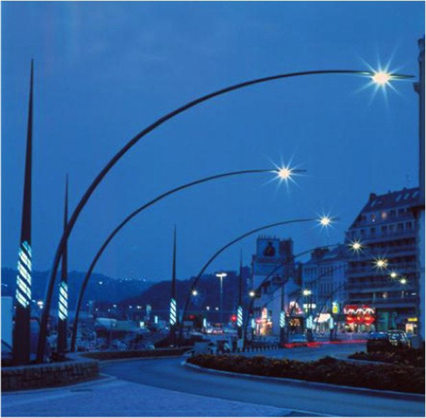 Le plasticien Yann Kersalé a réalisé pour Cherbourg des lampadaires en forme de mats, dont la lumière varie du bleu au vert, selon le niveau des eaux et l'amplitude des marées.