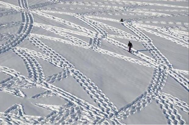 L'artiste anglais Simon Beck piétine dans la neige jusqu'à obtenir, grâce à ses propres traces de pas, des motifs qui révèlent son expérience corporelle dans l'espace.