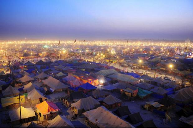 La ville temporaire de Sangam en Inde lors du pèlerinage de la Kumbh Mela en 2013.  © SANJAY KANOJIA/AFP