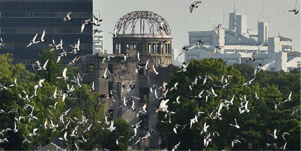 Le dôme de Genbaku, littéralement le dôme « de la bombe », laissé en l'état, parmi les buildings contemporains