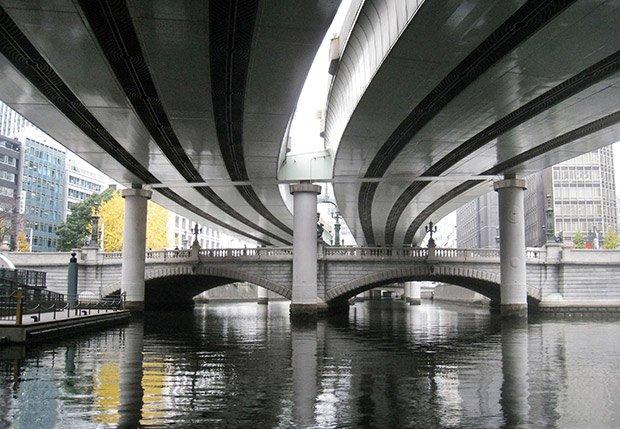 Le pont Nihonbashi, tel qu'il est aujourd'hui. La réalité augmentée propose de vous le faire voir délesté du métro aérien qui l'enserre.