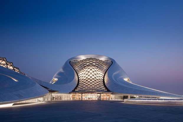 Le cabinet chinois MAD Architects fondé par Ma Yansong a réalisé l'Opéra de Harbin, situé sur la Harbin Cultural Island, un nouveau complexe insulaire dédié aux arts © Adam Mørk