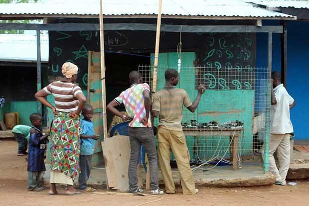 """Charge your phones here"" (Ghana)- Crédits Carsten ten Brink sur Flickr"
