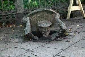sculpture plaque egout ville art