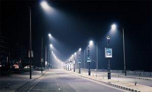 Une route sombre eclairee par des lampadaires
