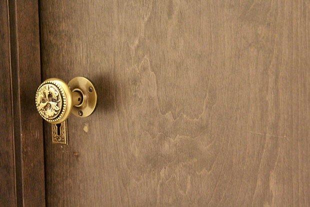 une poignée dorée de porte