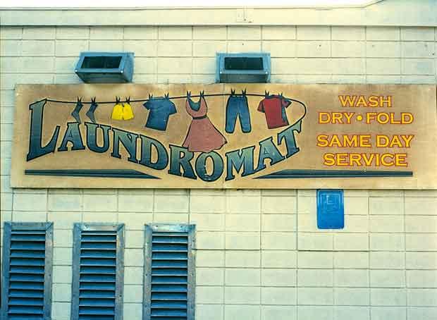 Dans un certain nombre de villes, on voit ainsi s'installer depuis quelques années la tendance des « commerces hybrides », appliquée aux laveries automatiques.