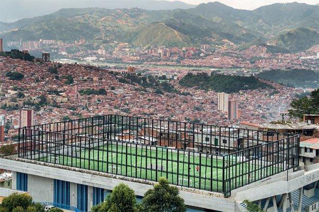 Un equipement sportif construit dans un quartier pauvre de la ville témoigne de la politique sociale affirmee