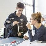 photo d'un homme et une femme fabriquant un objet design