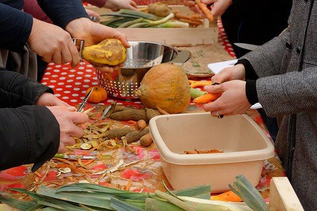une table avec des dechets vegetaux lors d une animation anti gaspillage